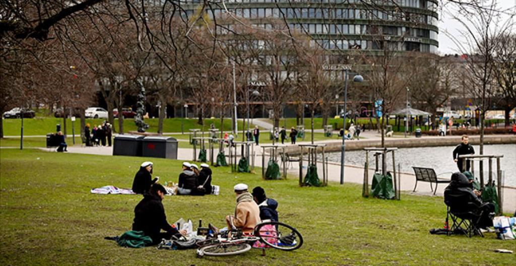 Människor firade första maj vid Tokoistranden i Helsingfors. Snart får vi träffas också i större grupper.