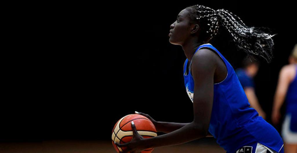 Awak Kuier är en 19-årig finländsk basketspelare.