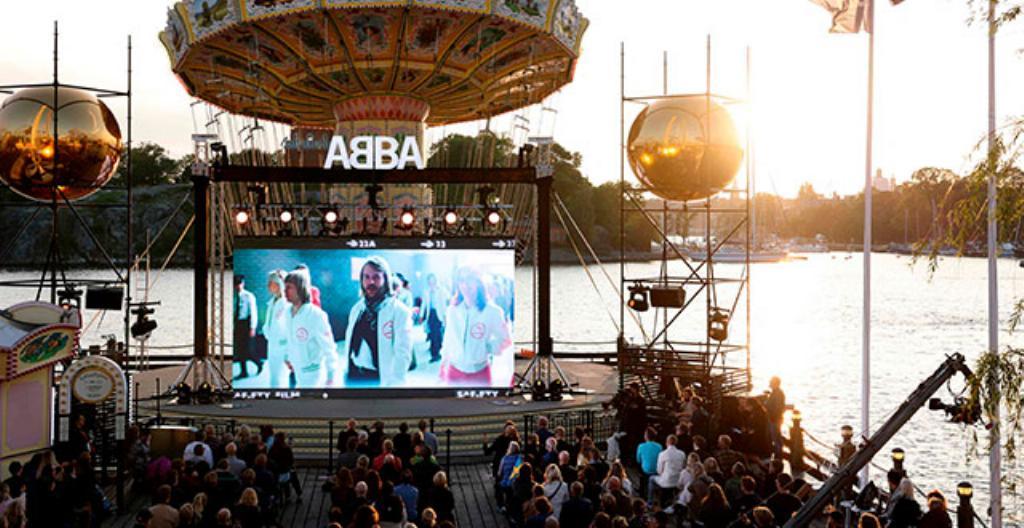 Abba ska hålla konserter där de inte själva står på scenen. De syns bara på en skärm.