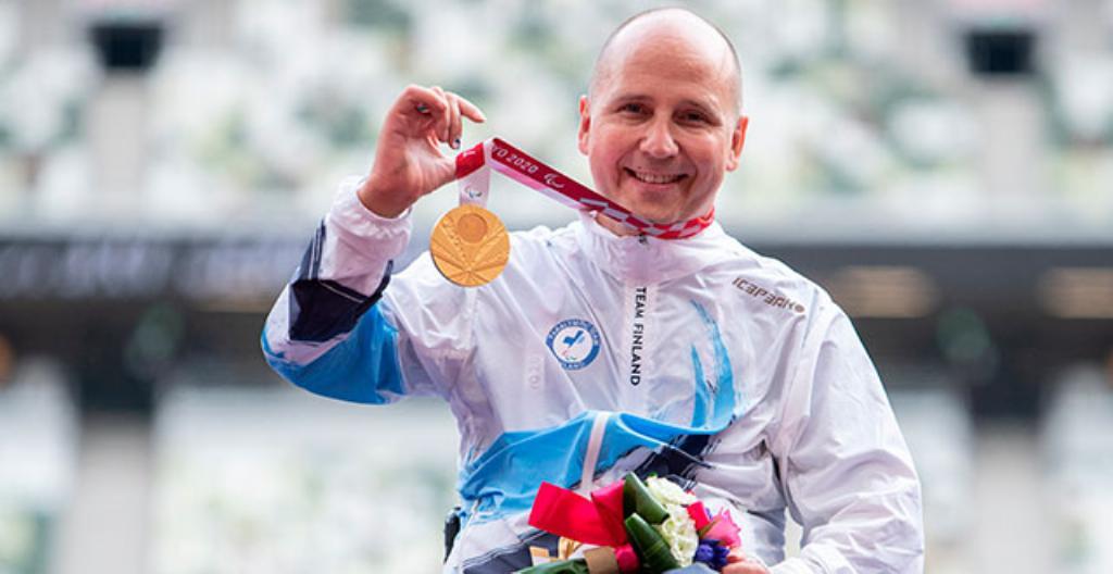 Toni Piispanen fick guld på 200 meter rullstol.